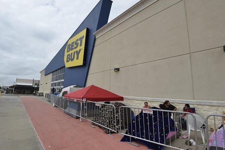 Compradores acampan en las afueras de una tienda en EE. UU. en espera de las ofertas. (Foto Prensa Libre: EFE).