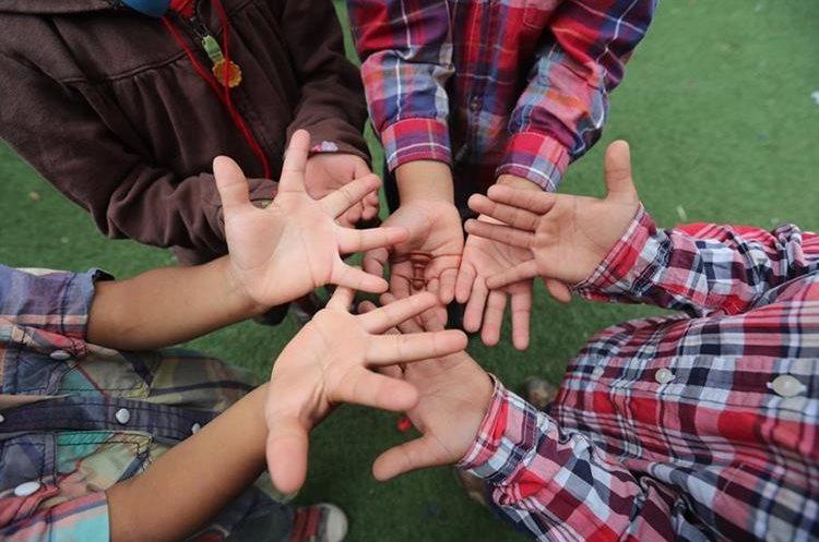 Los niños participan en distintas dinámicas para mejorar su autoestima. (Foto Prensa Libre: Érick Ávila).