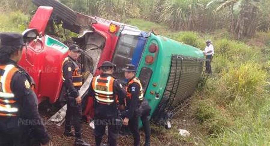 Bus que se accidentó en Cuilapa, Santa Rosa. (Foto Prensa Libre: Oswaldo Cardona).