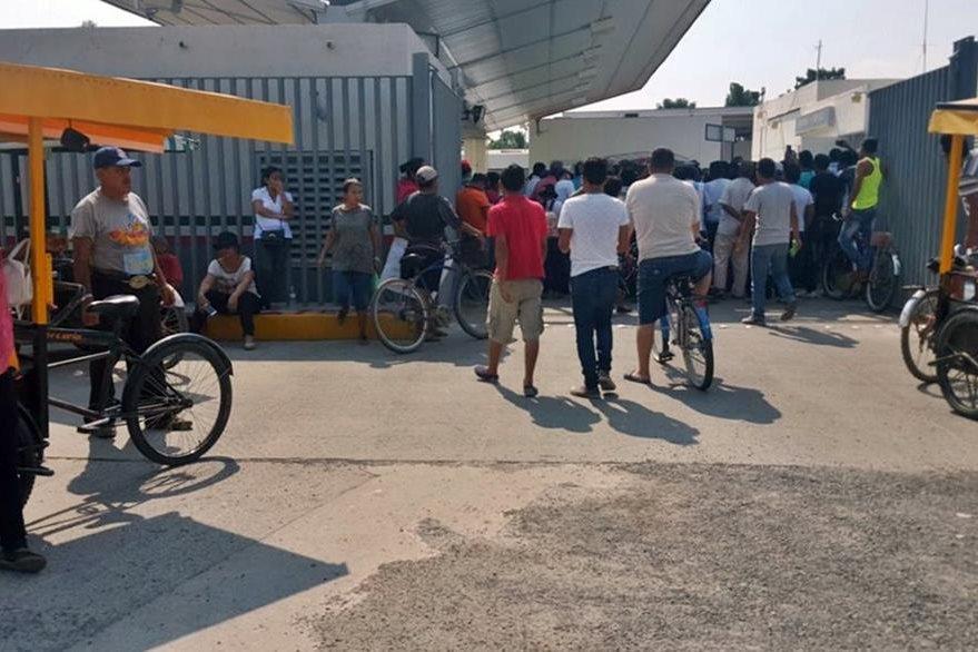 El alza al combustible generó protestas en la aduana Suchiate 1. (Foto Prensa Libre: Álex Coyoy)