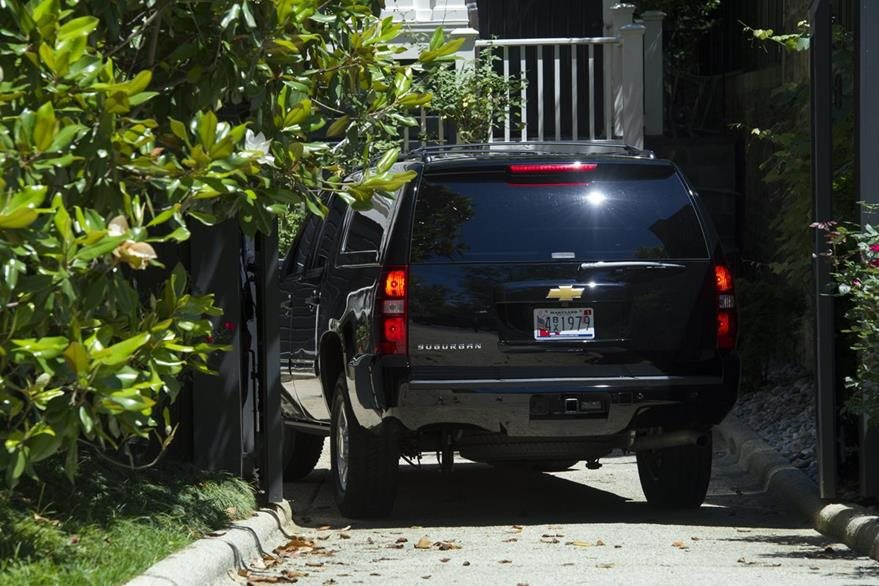 Un vehículo del FBI llega a la casa de Hillary Clinton. La virtual candidata presidencial se dirigió a la sede del Buró Federal de Investigaciones para hablar del uso de su correo privado para asuntos de interés nacional. (Foto Prensa Libre: AP).
