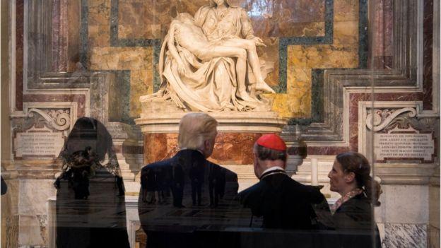 La estatua original, ubicada en la Basílica de San Pedro, ahora está protegida por un cristal a prueba de balas. AFP