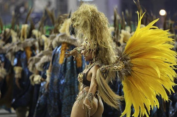 BRA83. SAO PAULO (BRASIL), 06/02/2016.- Una integrante de la escuela de samba del Grupo Especial Unidos de Vila Maria, desfila hoy, sábado 6 de febrero de 2016, en la celebración del Carnaval de Sao Paulo, en el sambódromo de Anhembí en Sao Paulo (Brasil). EFE/SEBASTIÃO MOREIRA