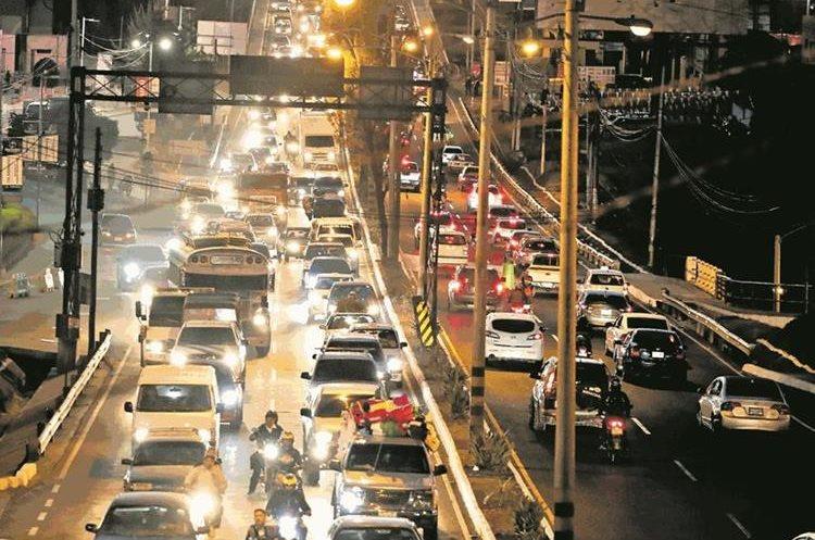Expertos en tránsito enfatizan que las barras led pueden causar un accidente.(Prensa Libre: Paulo Raquec)