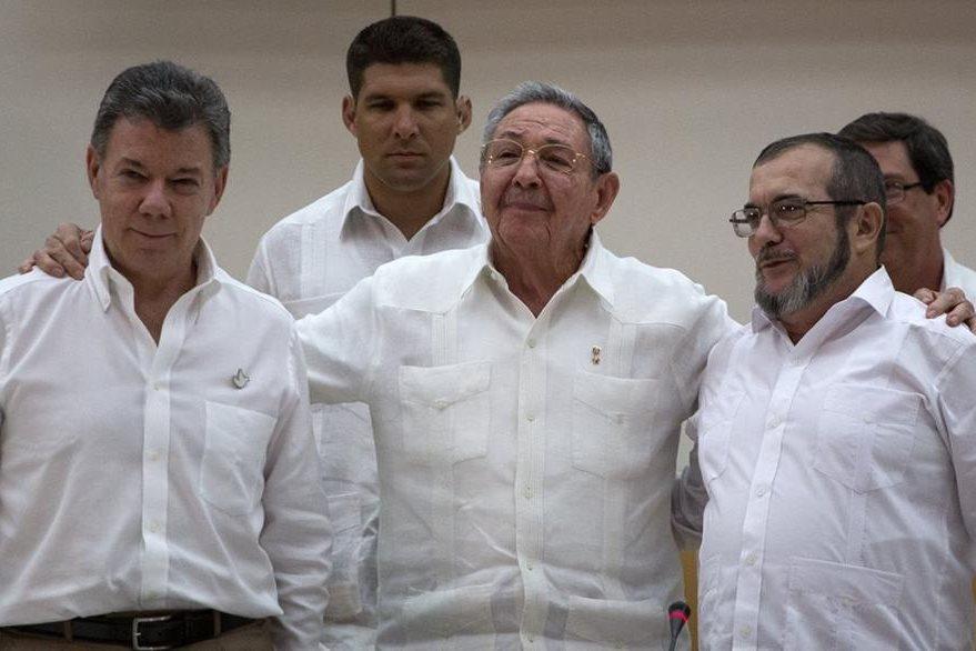 Juan Manuel Santos (izq.), presidente de Colombia; Raúl Castro, presidente de Cuba, y Timoleón Jiménez, de las Farc, en La Habana, Cuba, en septiembre del 2015. (Foto Prensa Libre: AP).