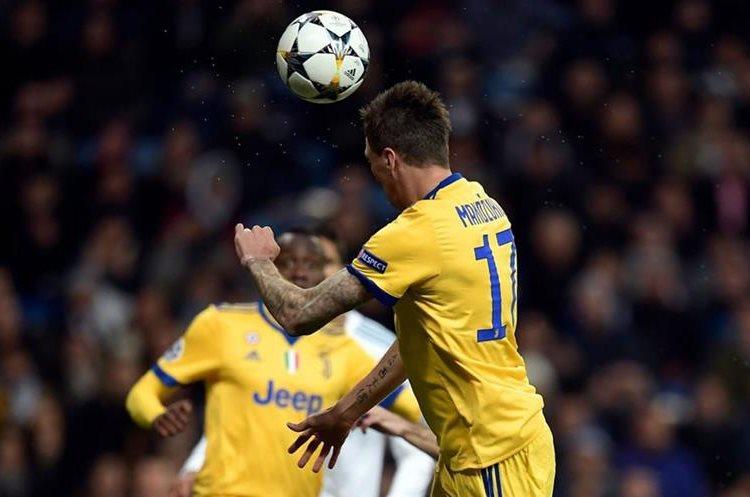 Mandzukic cabecea en el área de Real Madrid.