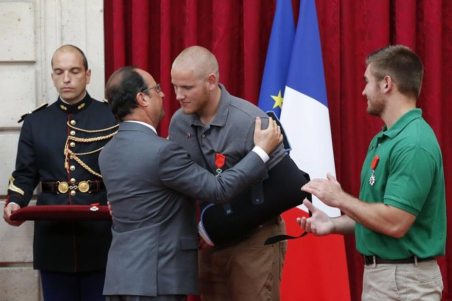 El presidente de Francia, Francois Hollade, (segundo izquierda), condecora con la insignia de Caballero de la Legión de Honor al soldado estadounidense Alek Skarlatos (centro) durante una ceremonia en el Palacio del Elíseo en París. (Foto Prensa Libre: EFE).