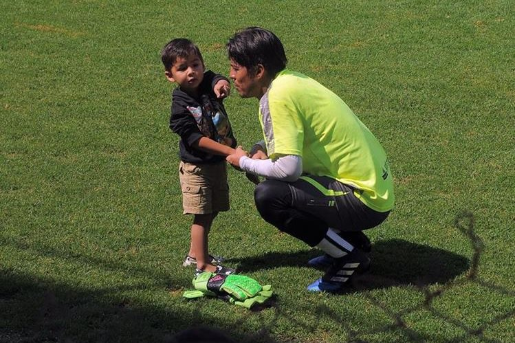 Iker (izquierda) dialoga con su padre en la gramilla del estadio Pensativo de Antigua. (Foto Prensa Libre: Carlos Vicente)