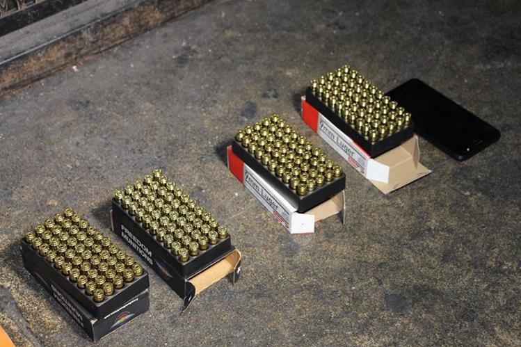 La PNC reporta que encontró cuatro cajas de municiones a dos jóvenes que capturó en la calle de ingreso al Preventivo para Hombre de la zona 18. (Foto, Prensa Libre: Facebook de PNC)
