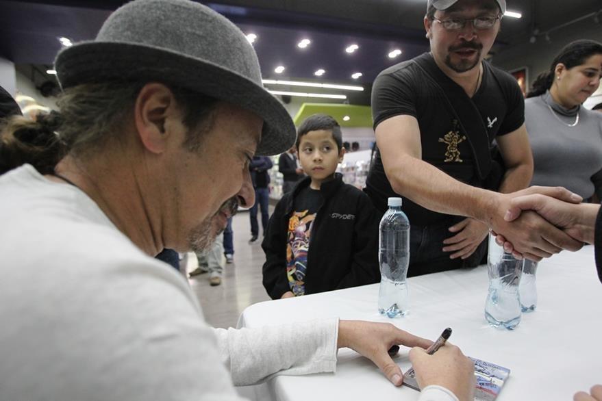 Ranferí Aguilar firma el nuevo álbum durante convivencia. (Foto Prensa Libre: Keneth Cruz)