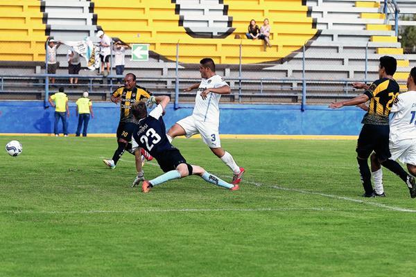 Aurora fue contundente ante Comunicaciones B, se mantiene en la segunda casilla del grupo A, detrás de Huehueteco. (Foto Prensa Libre: Carlos Vicente)