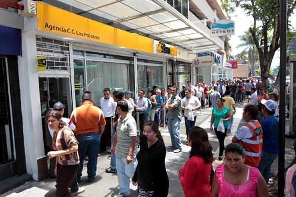 En la agencia del BANTRAB de C.C. Los Próceres estuvo abarrotada por los aficionados cremas y revendedores en busca de entradas para el partido de vuelta de la final. (Foto Prensa Libre: Norvin Mendoza).