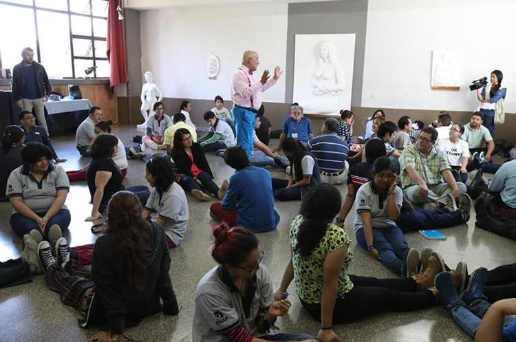 Durante el taller de teatro, docentes, artistas y estudiantes tuvieron la oportunidad de profundizar en sus emociones para transmitirlas mediante el arte. (Foto Prensa Libre: Anna Lucía Ibarra).
