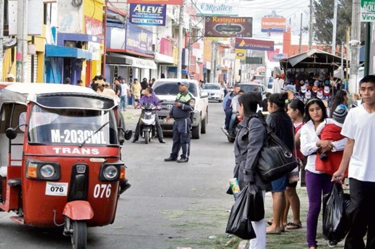 Un agente  de la Policía Municipal de Tránsito, ordena la circulación vehicular en la cabecera de Jalapa.