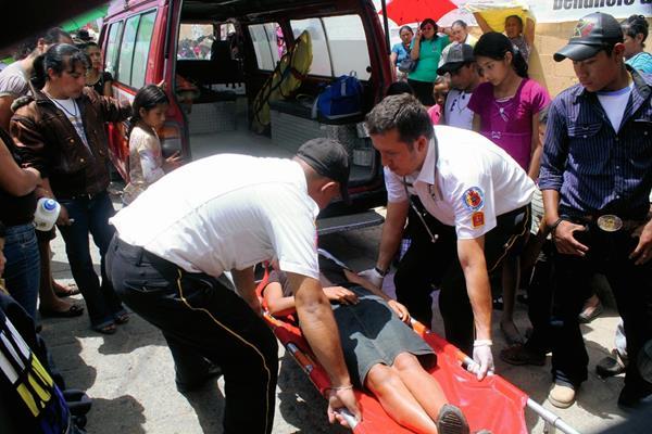 Socorristas atienden a una persona que se desmayó por la larga espera de Manuel Baldizón, en Jalapa. (Foto Prensa Libre: Hugo Oliva)