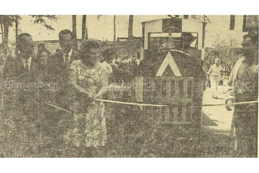 30/04/1965 Eloisa Estela Mix,  cortó la cinta simbólica tras inaugurar el nuevo trencito del Hipódromo. (Foto: Hemeroteca PL)