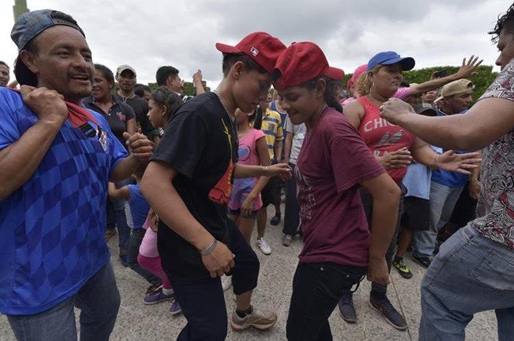 Algunos migrantes hondureños celebraron este domingo luego de ingresar a territorio mexicano.