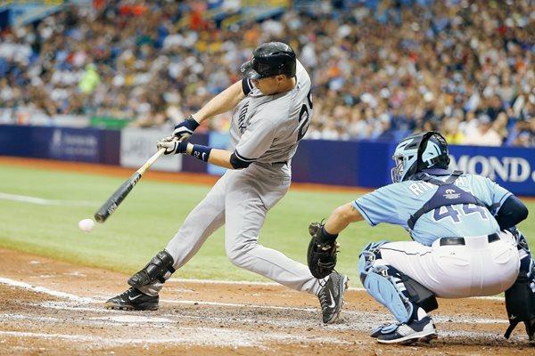 Mark Teixeira batea un hit en el partido ante los Tampa Bay Rays. (Foto Prensa Libre: AFP).