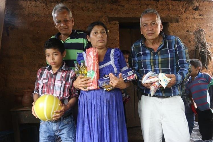 Magnolio Aquino Bojórquez y su mamá Silvestra Bojórquez Felipe junto a las dos personas que les brindaron ayuda. (Foto Prensa Libre: Edwin Paxtor).