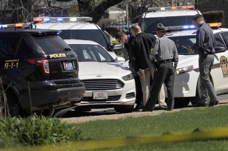 Policía investiga el lugar donde fue encontrado el cuerpo del agresor. (Foto Prensa Libre: AP)