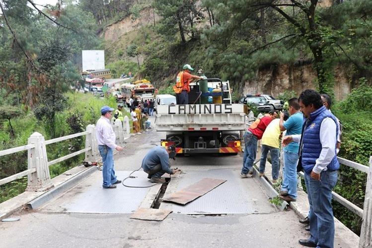 Plancha que fue colocada sobre el puente. (Foto Prensa Libre: Héctor Cordero).