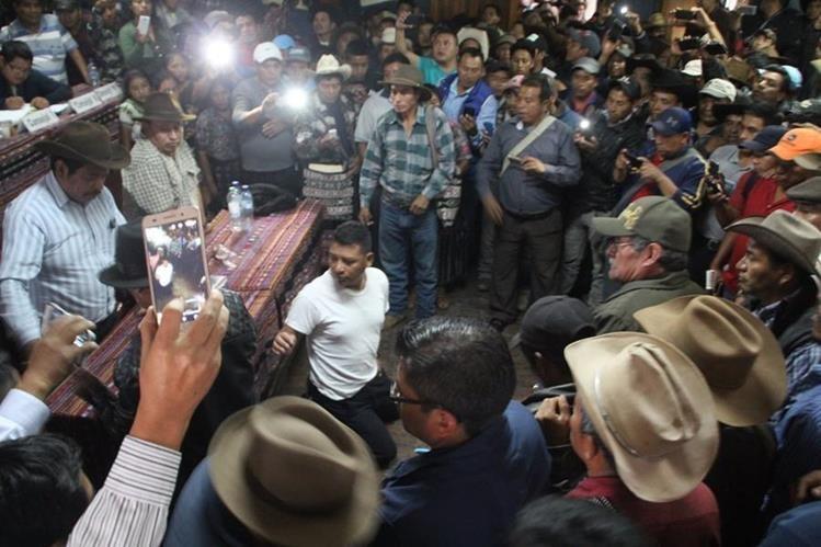 Los alcaldes indígenas en asamblea decidieron aplicarle el castigo comunitario al subcomisario de la PNC. (Foto Prensa Libre: Ángel Julajuj)