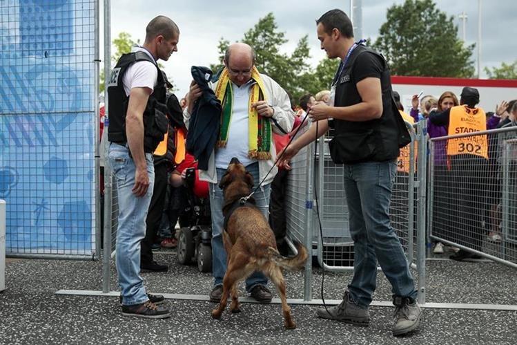Hay fuertes medidas de seguridad en las afueras del estadio Saint-Etienne. (Foto Prensa Libre: AP)