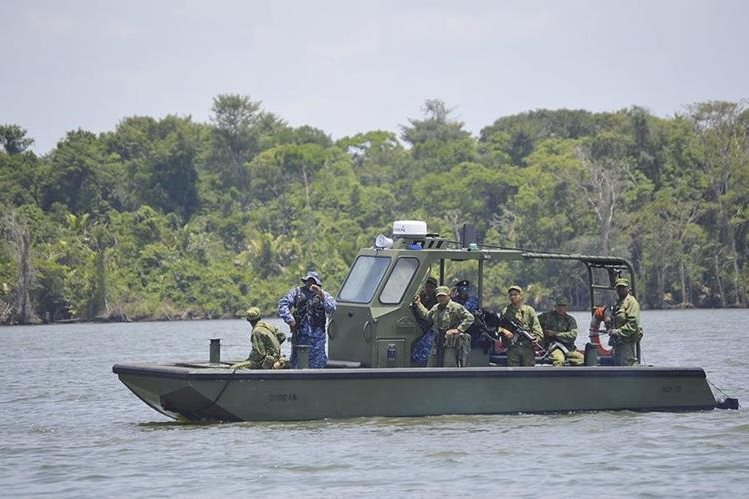 Militares guatemaltecos vigilan el río Sartún, en la zona en disputa entre Guatemala y Belice. (Foto Prensa Libre: Hemeroteca PL)