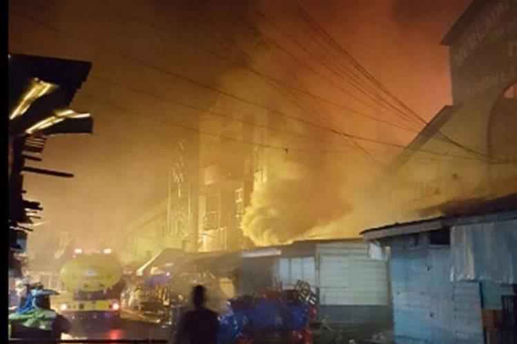 El incendio destruyó 10 locales en el mercado San Isidro, La Ceiba,Honduras.(Internet).
