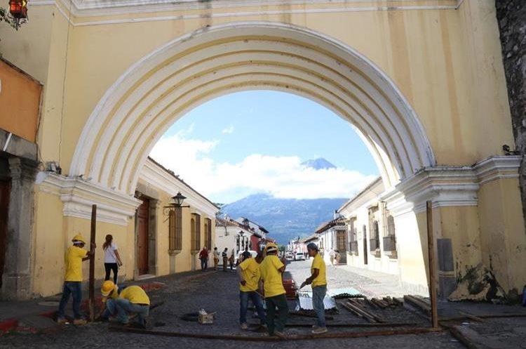 Durante mes y medio el paso sobre la calle del arco estará cerrada para peatones y vehículos. (Foto Prensa Libre: Julio Sicán)