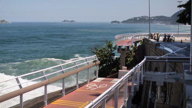 En abril de 2016, se desplomó una sección de la ciclovía elevada construida dentro de los proyectos para los Juegos Olímpicos de Río de Janeiro. AP