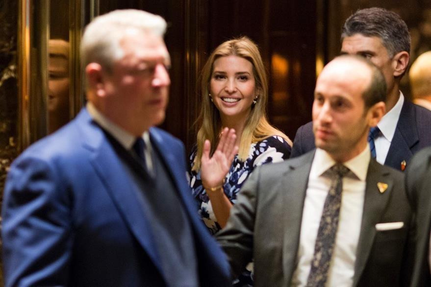 Ivanka, la hija de Donald Trump (al centro) también se reunió con el demócrata Al Gore. (Foto Prensa Libre: AFP).