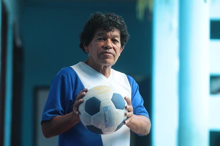 """""""Ya no juego por un problema de rodilla, pero nunca me separo del balón de futbol"""", expresa Arturo Ruiz Torres. Foto Prensa Libre: Álvaro Interiano."""