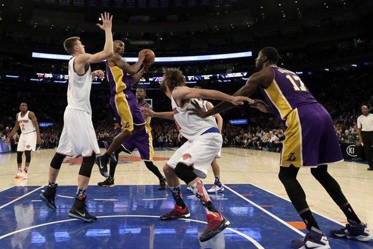 Bryant, quiere jugar unos meses más, el basquetbolista es el tercer máximo anotador en la historia de la NBA. (Foto Prensa Libre: AFP)