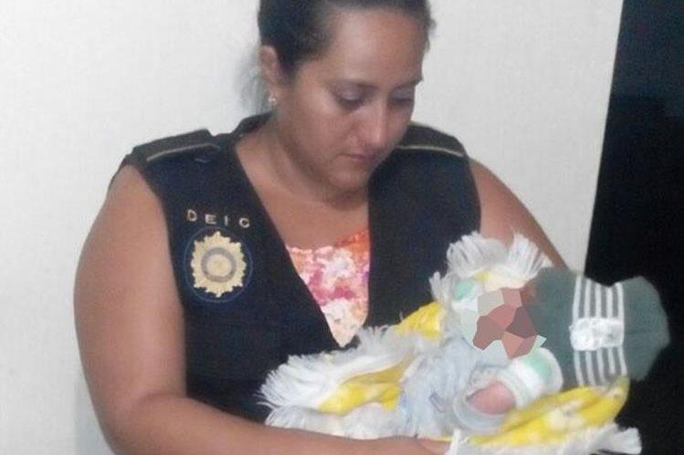 Investigadora de la PNC auxilia al menor rescatado en Chiquimula. (Foto Prensa Libre: PNC).