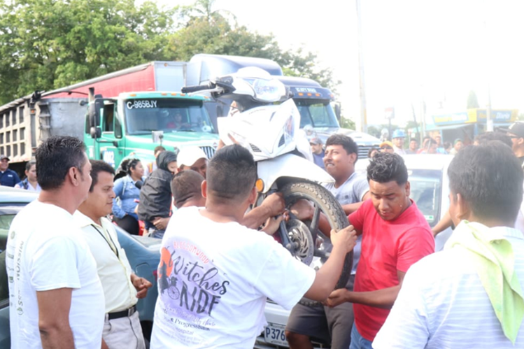 Taxistas colocan vehículos para impedir el paso en el área urbana de Puerto Barrios. (Foto Prensa Libre: Dony Stewart).