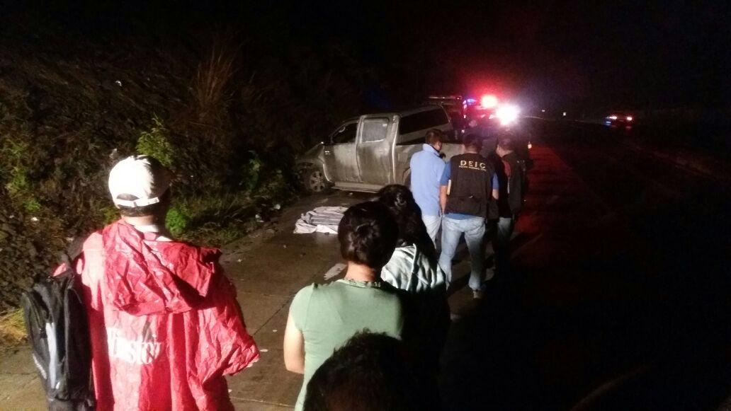 Cadáver de hondureño es examinado por peritos del Ministerio Público, en Sanarate, El Progreso. (Foto Prensa Libre: Hugo Oliva)