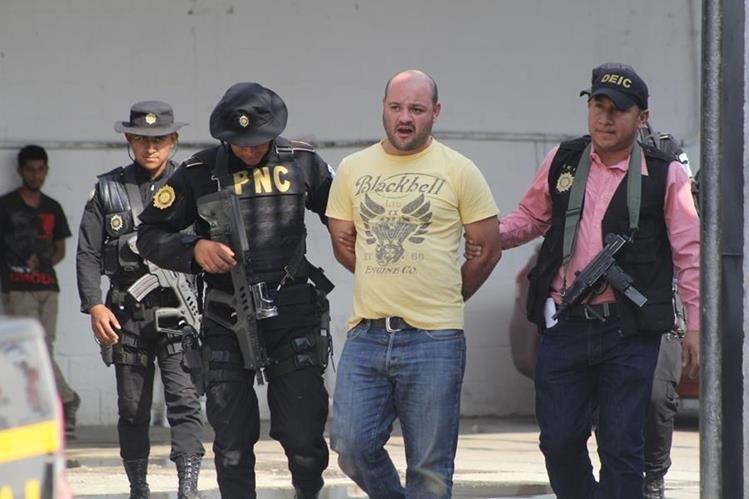 Agentes de la PNC escoltan a de Renato Antonio Juárez Sagastume. (Foto Prensa Libre: Hugo Oliva)
