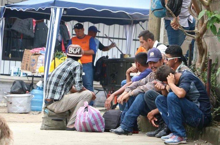 Migrantes que decidieron regresar, luego de haber caminado por cientos de kilómetros rumbo a EEUU, abordan unidades de transporte y reciben atención en Honduras, por parte de instituciones locales. (Foto Prensa Libre: Comisión Permanente de Contingencias (Copeco), Honduras.