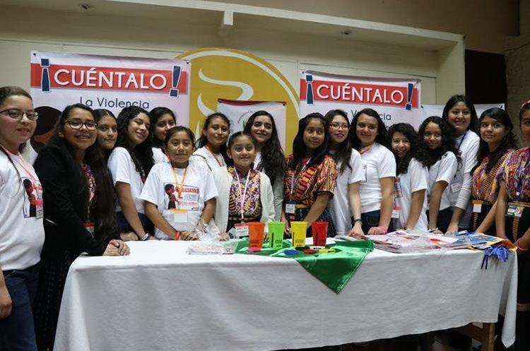 El grupo de niñas, durante el lanzamiento de la campaña. (Foto Prensa Libre: María José Longo)