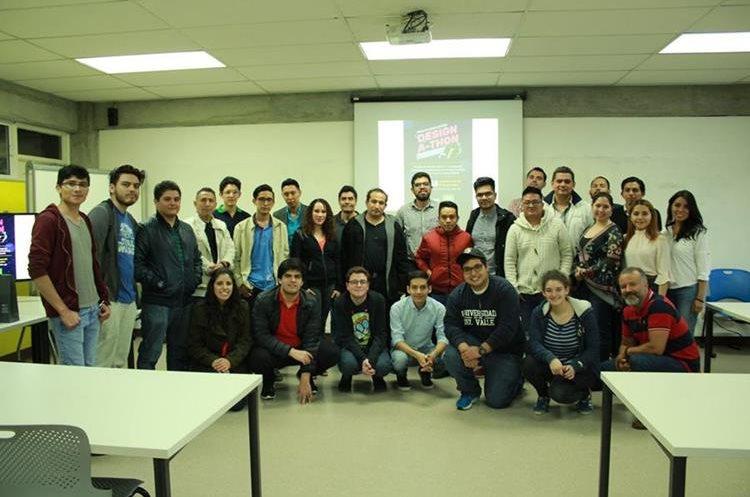 Participantes del concurso para crear el emblema, con algunos de los integrantes del Proyecto CubeSat. (Foto Prensa Libre, cortesía de Víctor Ayerdi).