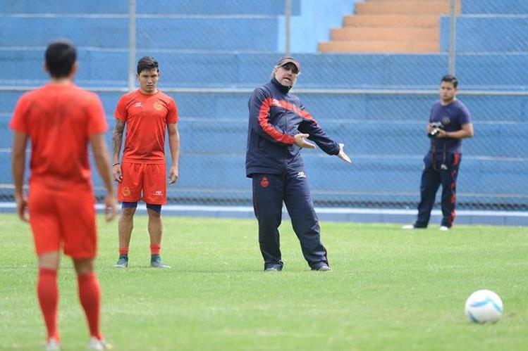Gustavo Machaín dirige el entrenamiento rojo, este martes en el estadio de El Trébol. (Foto Prensa Libre: Francisco Sánchez).