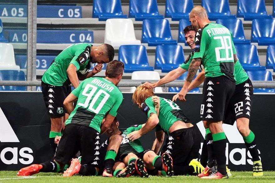 Pol Lirola celebra el 1-0 con sus compañeros durante su partido de fase de grupos de la Liga Europa. (Foto Prensa Libre: EFE)