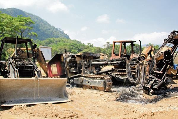 Una turba  incendió maquinaria de la empresa  constructora en   en la aldea Ixquisis, San Mateo Ixtatán, el 5 de mayo de 2014. (Foto Hemeroteca PL)