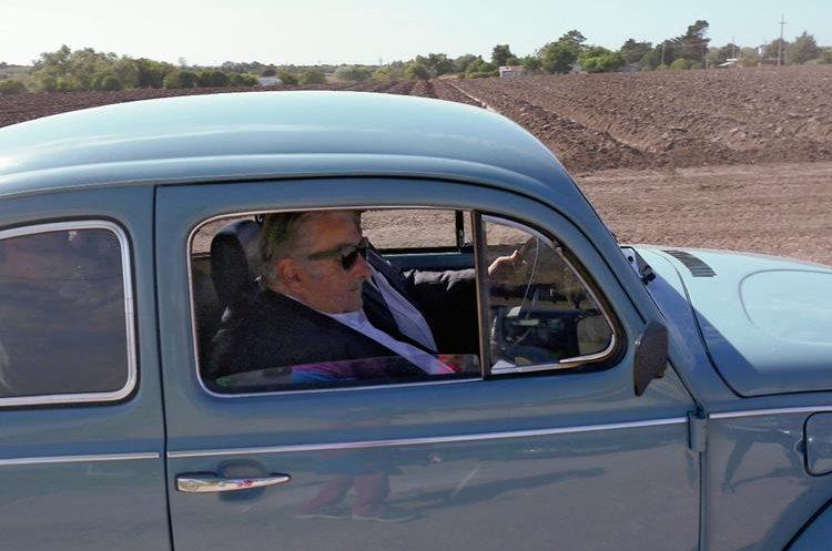 Mujica, quien ha ganado gran popularidad por su modo de vida austero, es visto camino a la Plaza la Independencia donde entregaría el mando.