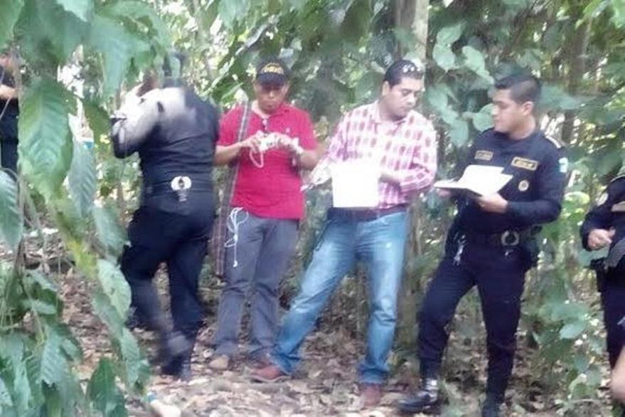 Agentes de la PNC acordonan lugar donde una mujer murió a golpes, en Cuyotenango, Suchitepéquez. (Foto Prensa Libre: Hemeroteca PL).