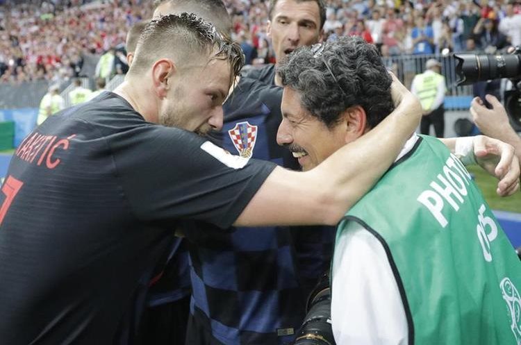 El jugador Iván Rakitic también se acercó al fotógrafo y ofreció sus disculpas.