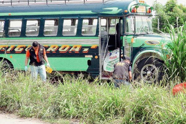 El autobús  se salió de la cinta asfáltica cuando el piloto fue abatido a balazos, en Cuyotenango, Suchitepéquez. (Foto Prensa Libre: Omar Méndez)