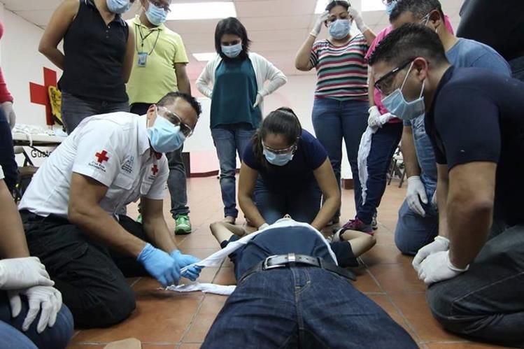 Los primeros auxilios sirven para atender rápidamente a alguna persona que ha sufrido un accidente. (Foto Prensa Libre: Cortesía Cruz Roja)