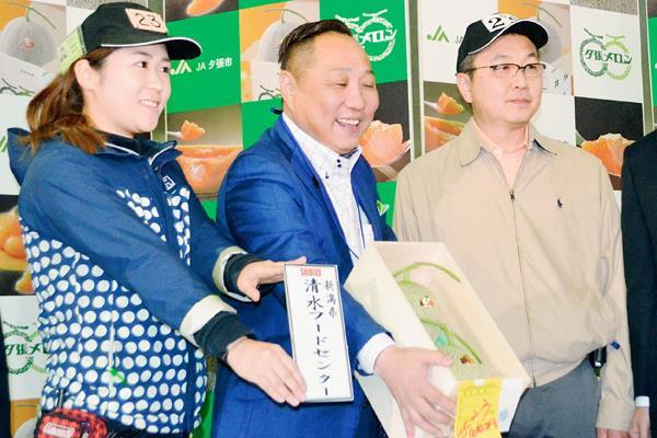 Un lote de dos melones, llamados Yubari fue subatado en Japón por 12 mil 400 dólares. (Foto Prensa Libre:AFP